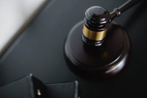 من يعمل في القضاء الأمريكي؟