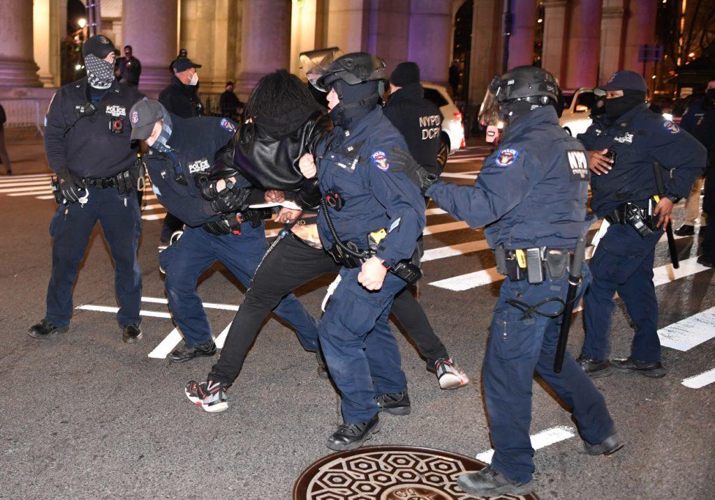 اعتقال العشرات في نيويورك: بدء الاحتجاجات الليلية 18 - 19 يناير قرب سيتي هول بارك في مانهاتن!