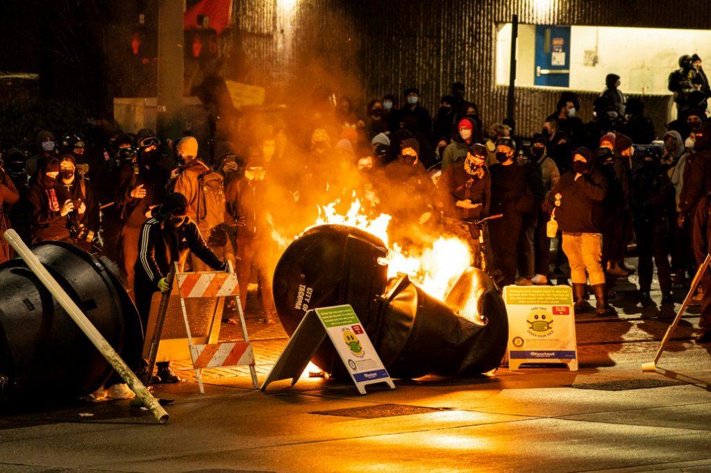 احتجاج عنيف في واشنطن يوم 24 يناير، حرق وتكسير ومتاريس في الشوارع!
