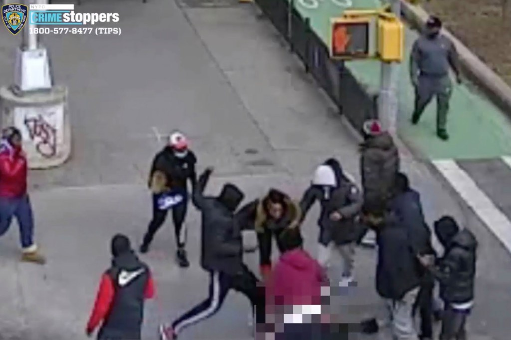 إهانة عضو عصابة في مانهاتن نيويورك على يد مجموعة من الشباب!