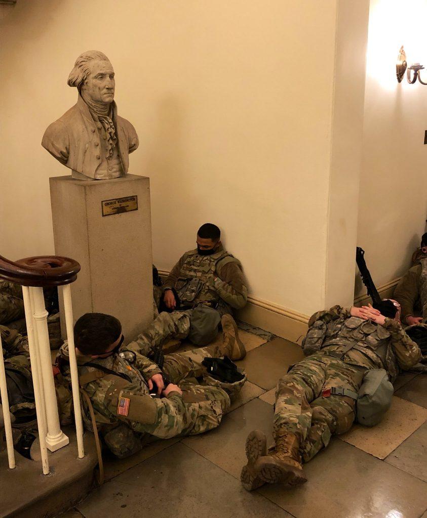الكابيتول يتحول إلى قاعدة عسكرية، هل بدء نشر الـ 20 ألفاً من أفراد الحرس الوطني؟