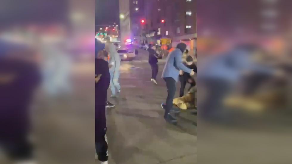 شغب في واشنطن: سيارات الشرطة تحرث وسط الحشود في ترفيه ليلي يوم 23 يناير!