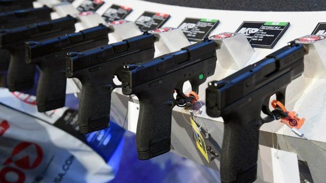 إعتقال امرأة في فلوريدا أطلقت النار على فتاة مراهقة تبلغ من العمر 14 عاماً، وحوادث إطلاق نار في جاكسونفيل!