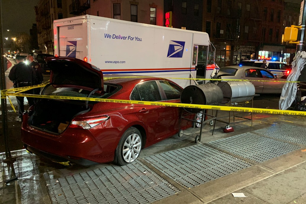 امرأة تسرق شاحنة بريد في بروكلين وتحطم 10 سيارات في مدينة نيويورك!