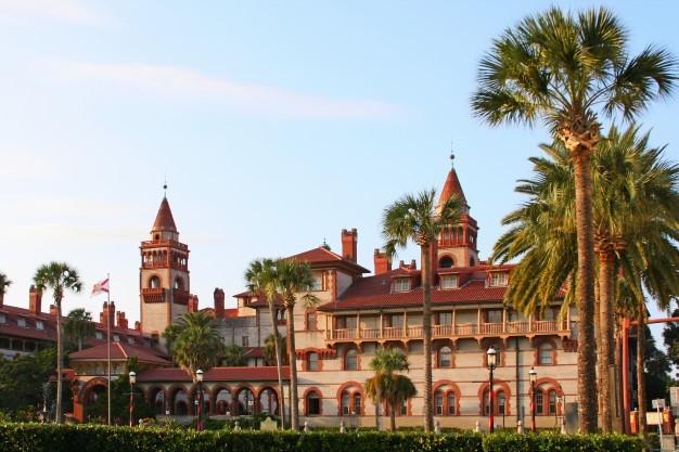جامعة فلوريدا العامة تُعتبر واحدة من أفضل جامعات فلوريدا التي يبلغ عدد طلابها أكثر من 300 ألف