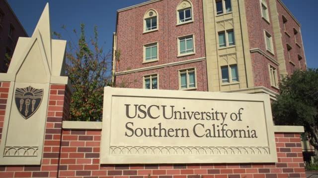 تصل تكاليف الدراسة في جامعة جنوب كاليفورنيا إلى أكثر من 59000 ألف دولار.
