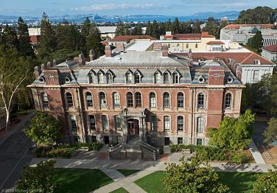 تقع جامعة كاليفورنيا- بيركلي في بيركلي في منطقة خليج سان فرانسيسكو