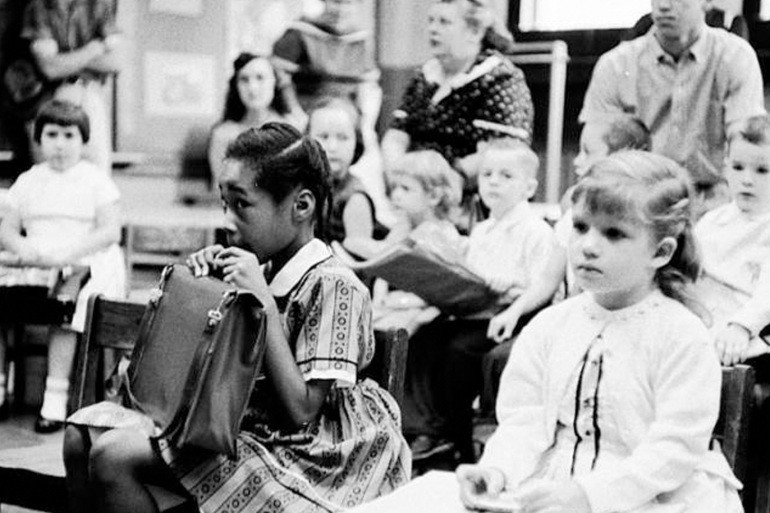 أول طفلة سوداء تدخل صفا في مدرسة مخصصة للبيض بولاية تنيسي الأمريكية عام 1957