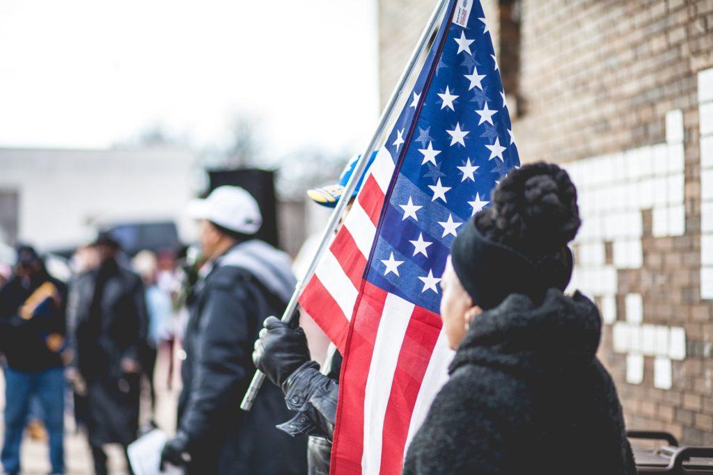 القوانين والحقوق الأمريكية العامة التي يجب أن يعرفها كل مواطن جديد - دليل 2022