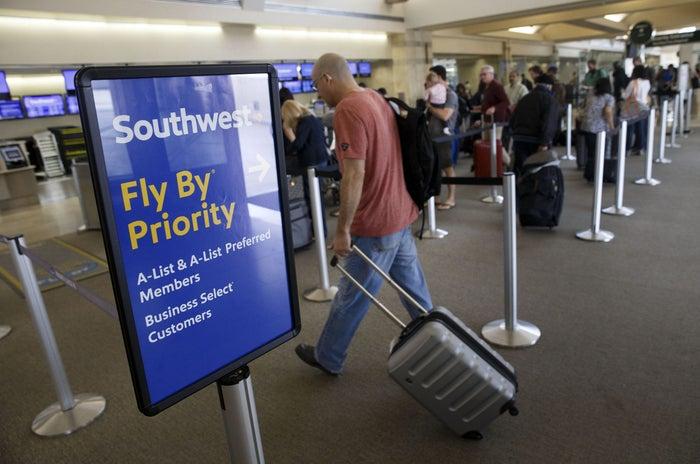 شركات الطيران الامريكية: كيف تنضم الى برامج النخبة في 2022