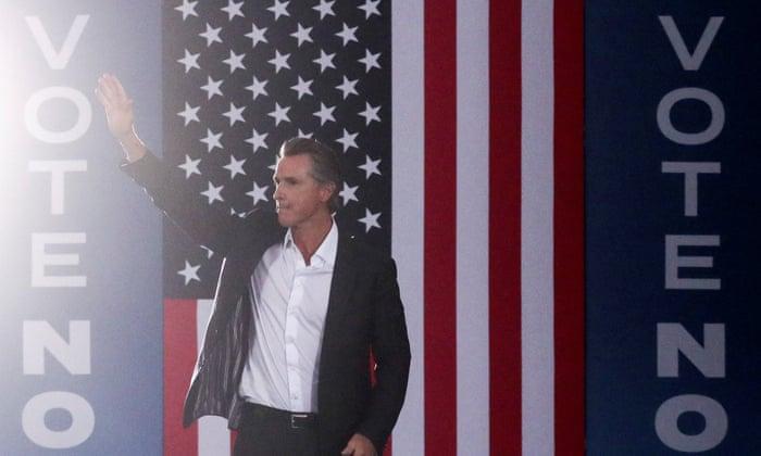 حاكم ولاية كاليفورنيا ينتصر في انتخابات عزل تاريخية