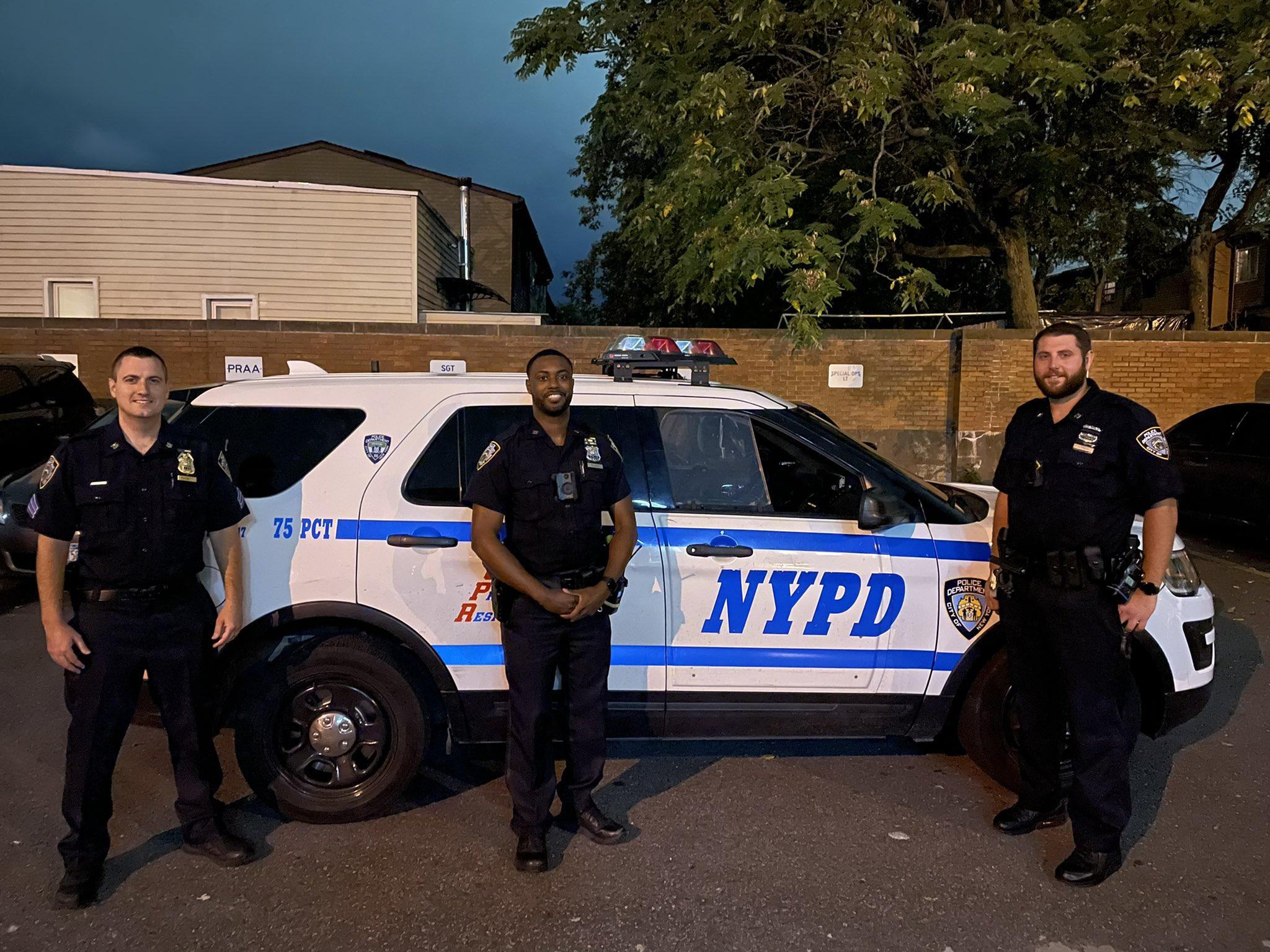 شرطة نيويورك تنقذ رضيع كان على وشك الموت - فيديو