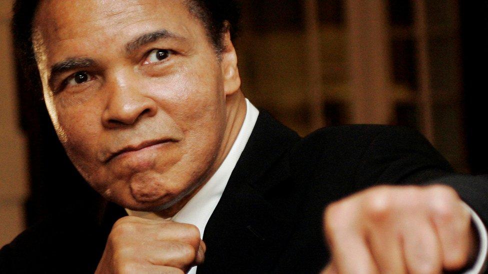 لوحات من رسم الملاكم الشهير محمد علي تباع بقيمة 945524 دولار في مزاد علني
